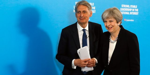 Storbritanniens finansminister Philip Hammond och avgående premiärminister Theresa May.  Frank Augstein / TT NYHETSBYRÅN