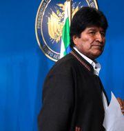 Evo Morales i mitten. Juan Karita / TT NYHETSBYRÅN