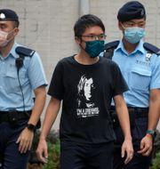 En demonstrant omringas av polis i Hongk Vincent Yu / TT NYHETSBYRÅN