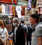 Människor på en marknad i Jerusalem. RONEN ZVULUN / TT NYHETSBYRÅN