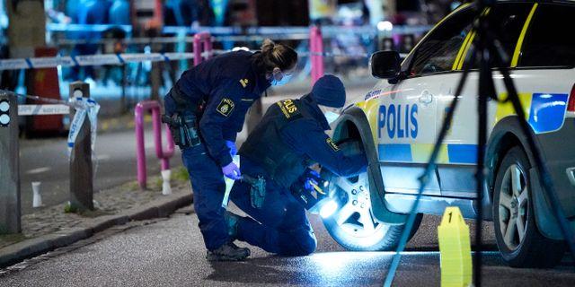 Polisens tekniker arbetar på mordplatsen vid Möllevångstorget. Johan Nilsson/TT / TT NYHETSBYRÅN