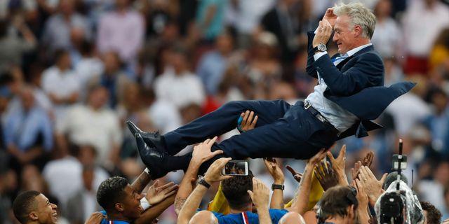 Illustrationsbild: Frankrikes förbundskapten Didier Deschamps hyllas av spelarna efter segern i fotbolls-VM.  Francisco Seco / TT / NTB Scanpix