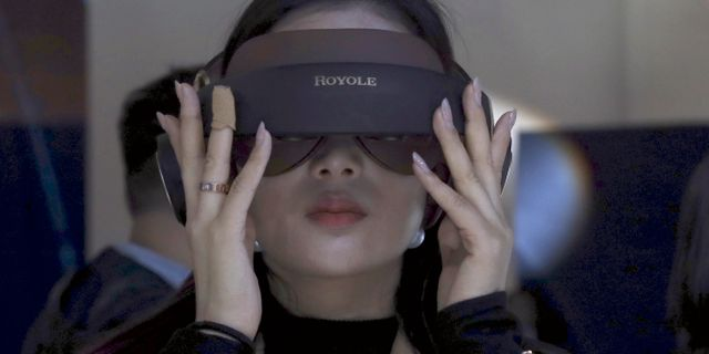 Illustrationsbild: Kvinna testar VR-glasögon. Ng Han Guan / TT NYHETSBYRÅN