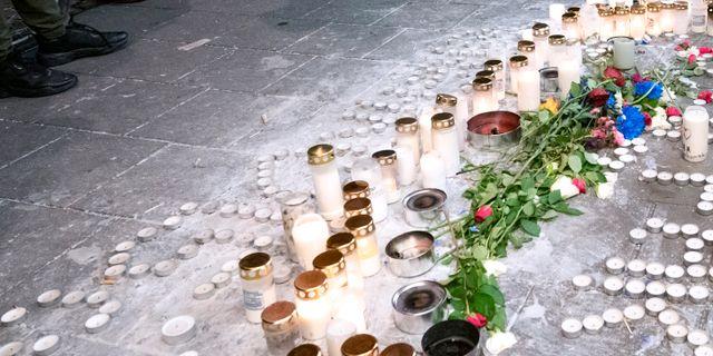 Ljus har tänts vid mordplatsen där 15-åringen sköts ihjäl och den andra 15-åringen skadades. Johan Nilsson/TT / TT NYHETSBYRÅN