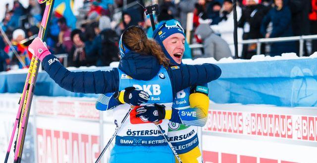 Sebastian Samuelsson och Hanna Öberg jublar efter målgången. JOHAN AXELSSON / BILDBYRÅN