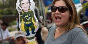 Bolsonaro-supporter håller upp uppblåsbar docka av Sérgio Moro. Silvia Izquierdo / TT NYHETSBYRÅN/ NTB Scanpix