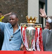 Patrick Vieira och Arsene Wenger firar Arsenals ligatitel 2004. Arkivbild. MARTIN HAYHOW / AFP