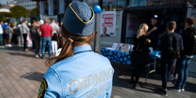 Illustrationsbild. Ordningsvakt på plats utanför valstugorna på Sundstorget i Helsingborg. Johan Nilsson/TT / TT NYHETSBYRÅN
