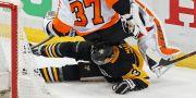 Flyers målvakt i kollision med Penguins Olli Maatta.  Gene J. Puskar / TT NYHETSBYRÅN