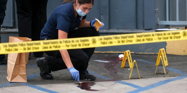 En polis undersöker en av brottsplatserna.  Dean Musgrove / TT NYHETSBYRÅN/ NTB Scanpix