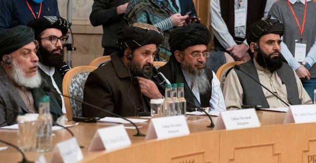 Mullah Abdul Ghani Baradar, i mitten, då han deltog i en fredskonferens i Moskva i mars, 2021.  Alexander Zemlianichenko / TT NYHETSBYRÅN