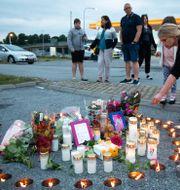 Blommor och ljus där flickan blev skjuten.  Ali Lorestani/TT / TT NYHETSBYRÅN