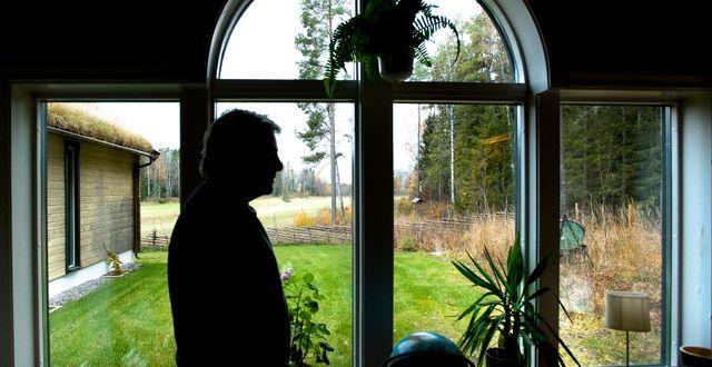 Jan Guillou i sin skrivarstuga. Dan Hansson / SvD / TT / TT NYHETSBYRÅN