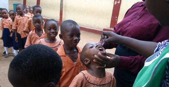 Barn får poliovaccin i Nigeria. GEORGE OSODI / TT / NTB Scanpix