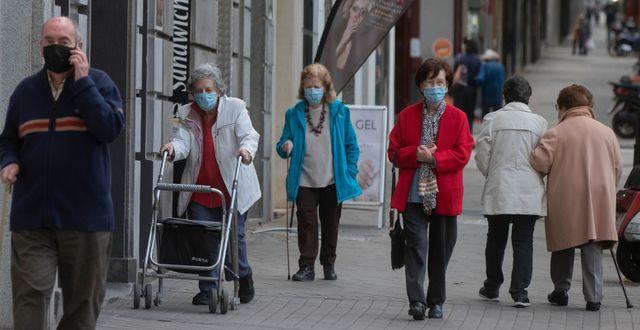 Äldre personer med ansiktsskydd i Madrid. Paul White / TT NYHETSBYRÅN