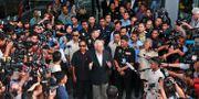 Najib Razak möter pressen på väg in i domstolen. Sadiq Asyraf / TT / NTB Scanpix