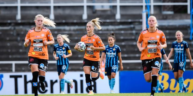 Mia Carlsson i mitten med bollen i händerna.  Erik Simander/TT / TT NYHETSBYRÅN