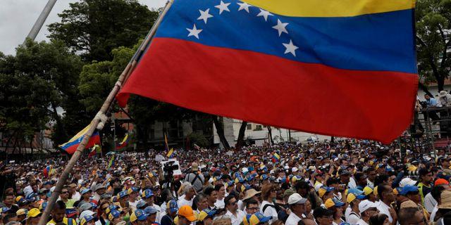 Människor som stödjer Venezuelas oppositionsledare  Juan Guaidó. Arkivbild UESLEI MARCELINO / TT NYHETSBYRÅN
