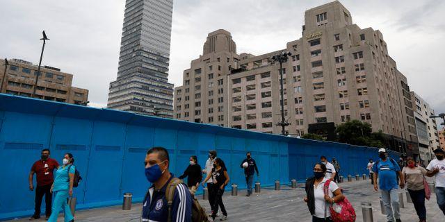 Personer med ansiktsmask i Mexiko. Rebecca Blackwell / TT NYHETSBYRÅN
