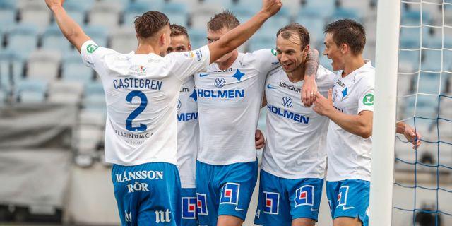 Norrköpings Lars Christian Krogh Gerson (2a frh.) kramas om efter 2-1-målet Stefan Jerrevång/TT / TT NYHETSBYRÅN