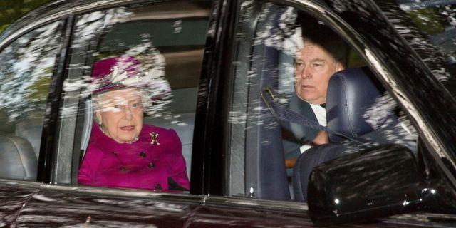 Drottning Elizabeth och prins Andrew. Robert Perry / TT NYHETSBYRÅN