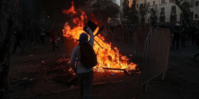 Bild från en regeringskritisk demonstration i Santiago den 21 februari. Esteban Felix / TT NYHETSBYRÅN