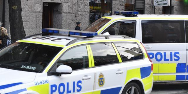 Polisinsatsen på den adress där kvinnan hittades död.  Karin Wesslén/TT / TT NYHETSBYRÅN