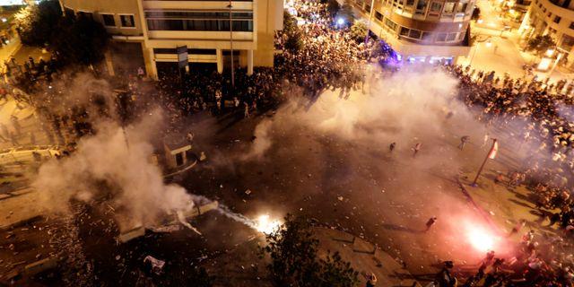 Protester i Beirut på fredagskvällen. Hassan Ammar / TT NYHETSBYRÅN