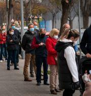 Människor köar för att vaccineras mot covid-19 i Barcelona.  Emilio Morenatti / TT NYHETSBYRÅN