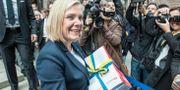Finansminister Magdalena Andersson (S) omgiven av fotografer under den klassiska budgetpromenaden i våras. Lars Pehrson/SvD/TT / TT NYHETSBYRÅN