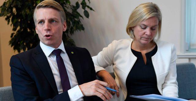 Bostadsminister Per Bolund (MP) och finansminister Magdalena Andersson (S).  Jessica Gow/TT / TT NYHETSBYRÅN