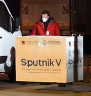 Sputnik V anländer till Slovakien – ett EU-land som köpt vaccinet på egen hand.   Frantisek Ivan / TT NYHETSBYRÅN