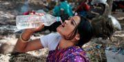 Kvinna i Jammu, Indien, svalkar sig. Arkivbild. Channi Anand / TT / NTB Scanpix