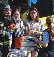 Skadade personer tas om hand av sjukvårdare efter dådet i Barcelona.  Oriol Duran / TT NYHETSBYRÅN