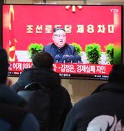 Sydkoreaner följer sändningar från kongressen i grannlandet. Ahn Young-joon / TT NYHETSBYRÅN