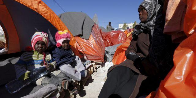 En sudanesisk kvinna med sitt barn i flyktinläger i Darfur. Arkvbild. MUHAMMAD HAMED / TT NYHETSBYRÅN