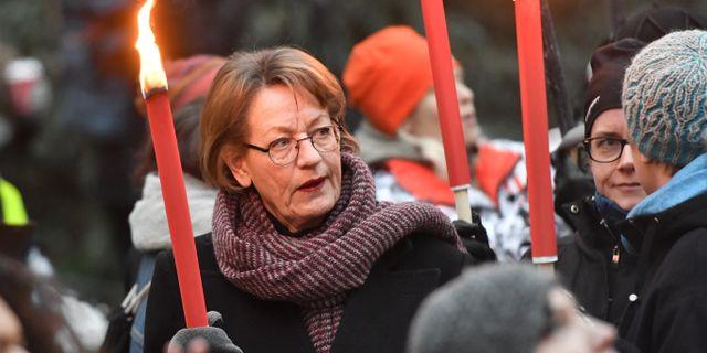 Gudrun Schyman deltar i ett fackeltåg i Stockholm för alla som står bakom #metoo-uppropen. Arkivbild.  Jonas Ekströmer/TT / TT NYHETSBYRÅN
