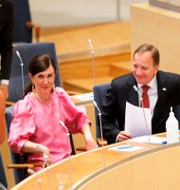 Märta Stenevi (MP) och Stefan Löfven (S) i riksdagen. Christine Olsson/TT / TT NYHETSBYRÅN