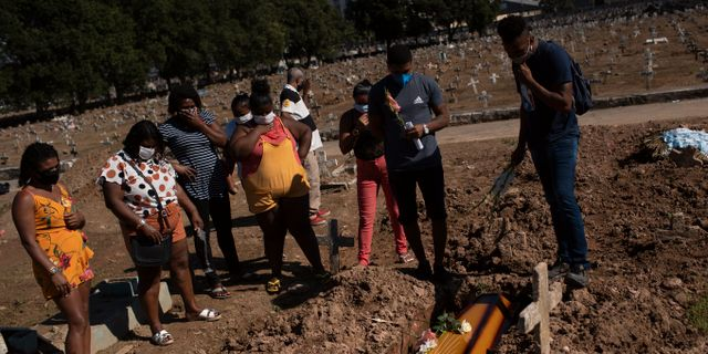 Anhöriga vid en begravning i Rio de Janeiro.  Silvia Izquierdo / TT NYHETSBYRÅN