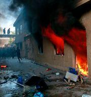 Det kurdiska partiets huvudkontor i brand.  Khalid Mohammed / TT NYHETSBYRÅN