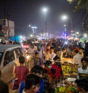 Indier i New Delhi köper mat inför Diwali-firandet. Altaf Qadri / TT NYHETSBYRÅN