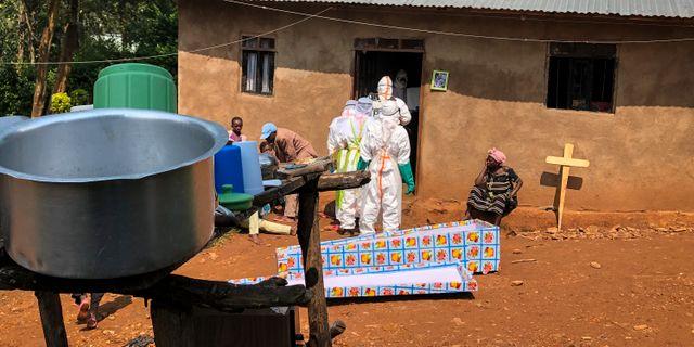 Sjukvårdspersonal  hämtar en död kvinna i nordöstra Kongo. Al-hadji Kudra Maliro / TT NYHETSBYRÅN/ NTB Scanpix