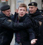 Roman Protasevitj grips av belarusisk polis 2017. Sergei Grits / TT NYHETSBYRÅN