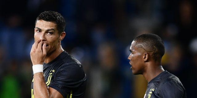 Cristiano Ronaldo tillsammans med Douglas Costa.  MARCO BERTORELLO / AFP