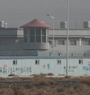 Fasaden till ett av lägren och en sattelitbild på ett läger uppifrån. TT