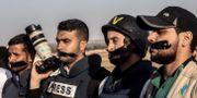 Palestinska journalister i en protestaktion efter att kollegan Yasser Murtaja dödats.  SAID KHATIB / AFP