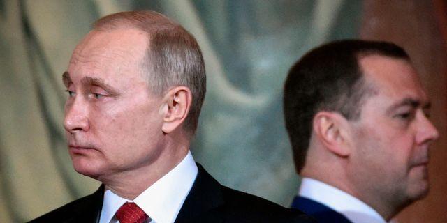 Vladimir Putin och Dimitrij Medvedev.  ALEXANDER NEMENOV / AFP