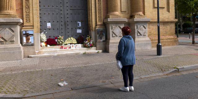 En kvinna ber utanför en kyrka i Sevilla. Laura Leon / TT NYHETSBYRÅN