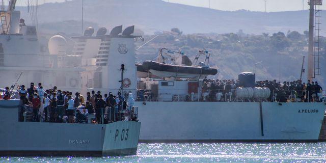 Migranter på båtar i italienska Sicilien.  Fabio Peonia / TT NYHETSBYRÅN