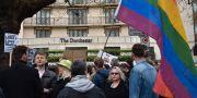 Protester utanför ett Dorchester hotell i London. Sophie Hogan / TT NYHETSBYRÅN